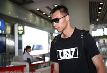 中国男篮结束征程抵达北京 易建联墨镜登场酷劲十足