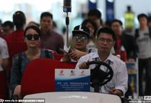 田亮夫妇现身首都机场 坐VIP电瓶车大方任拍