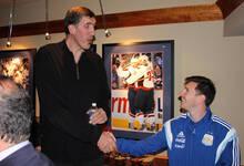 3月26日NBA精彩图片汇总 2米31NBA球员与梅西握手