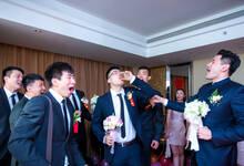 钟诚婚礼迎娶新娘 帅气伴郎团和甜美伴娘团争抢镜