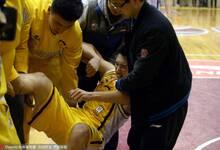 最后24秒李京龙受伤被抬出场外 李春江表情凝重