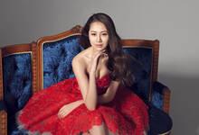 孙悦娇妻发布性感写真 优雅红裙尽显知性美