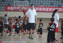 八一富邦篮球训练营火爆开幕 大郅上阵指导小球员