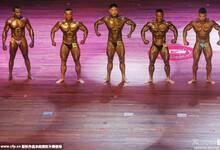 郑州国际健美大赛举行 选手上台秀肌肉相互PK