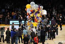 湖人庆祝科比得分超乔丹 小飞侠手牵气球逗乐妻儿