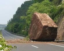 """重庆高速""""天降""""150吨巨石 路面被砸出大坑"""