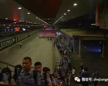警察在火车站押送嫌疑人