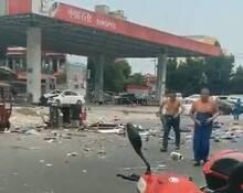 加油站发生爆炸 2名男子裹布逃离