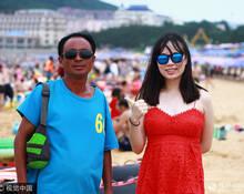 一组海边浴场工作者与游客的合照