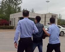 陕西干警从政府大楼铐走2名公职老赖