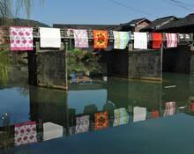 湖南:百年古石桥变身晒被桥