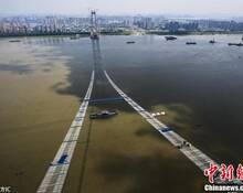 """长江上空架""""天梯"""" 杨泗港长江大桥临时""""吊桥""""形成"""