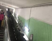 北京地铁电梯上的军人