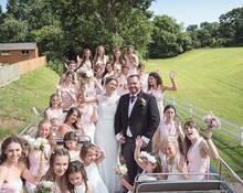 他们这场婚礼来了28位伴娘