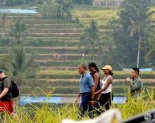 奥巴马与家人重游巴厘岛 喝椰汁漫步梯田