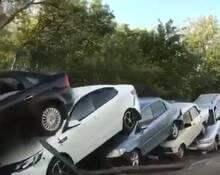 """泥石流后,50辆车叠成""""多米诺"""""""