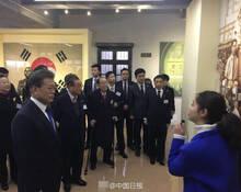 """文在寅在重庆抚摸韩国""""国父""""的床"""
