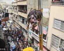 """巴基斯坦人用起重机运牲畜 牛在楼间""""飞"""""""