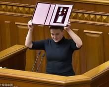 """乌克兰""""女英雄""""涉恐袭被捕 展英雄奖章"""