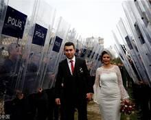 土耳其警察手持防弹盾牌为新人保驾