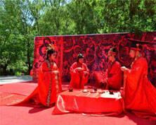 """中国爱情山举行""""520表白节"""" 万人同喊爱情誓言"""
