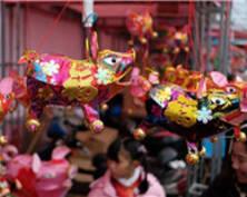 南京传统手扎花灯扎堆上市 猪灯受青睐(组图)