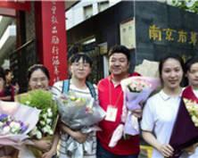 燃!南京提前结束高考的学生合唱《奔跑》(组图)