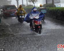 南京降雨降溫 市民雨中忙奔波(組圖)