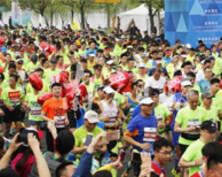 南京国际马拉松赛欢乐开跑 选手搞怪吸睛(组图)