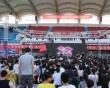 南京一大学草坪音乐节开幕 光影变换躁动青春(组图)
