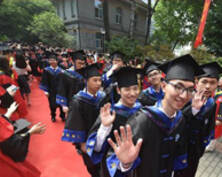 穿着毕业服像明星一样走过红地毯 我们毕业了(组图)