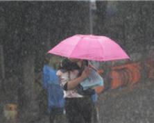 南京暴雨倾盆 行人车辆雨中艰难前行(组图)
