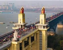 """南京长江大桥迷你马拉松火热开跑""""见证·新生"""""""