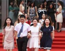 毕业礼 | 南京一高校毕业生走红毯(组图)