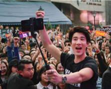 王力宏携《火力全开》降南京送歌迷签名吉他
