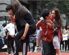 南京情侣互动大赛 表达对爱人真挚情意(组图)