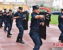 甘肃嘉峪关公安民警酷暑对抗比拼技能(组图)
