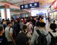 南京站返程客流高峰持续 出站口千人排长龙进地铁