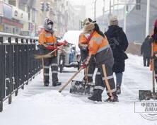 雪后长春,人们走在复工的路上