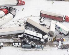 美国宾州50多辆车连环撞 至少3人死亡