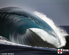 震撼!摄影师零距离记录巨浪翻滚之美