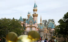 担心游客排队无聊 迪士尼乐园推出AR手机游戏