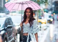 未见其人先见其伞!连绵雨季里伞才是最好的品位象征
