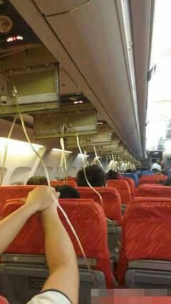 普吉岛飞成都航班备降昆明 空姐吓哭