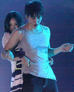 柳岩与泰国型男Mike热舞图片