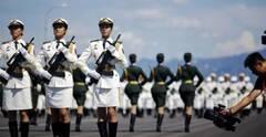 標準軍姿是如何練成的?記者親身體驗受閱女兵站姿訓練