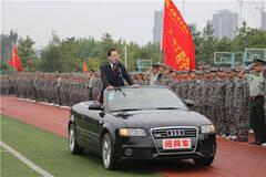 """安徽一高校领导""""阅兵""""画面"""