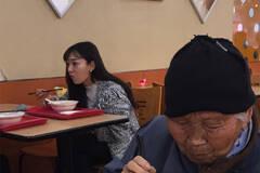 南京姑娘为行乞老太买饭照片被点赞
