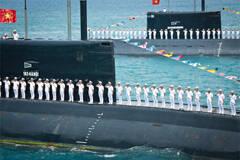 越南海军3艘基洛潜艇秀肌肉