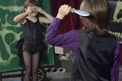 9岁飞刀手拿7岁妹妹当刀靶练习